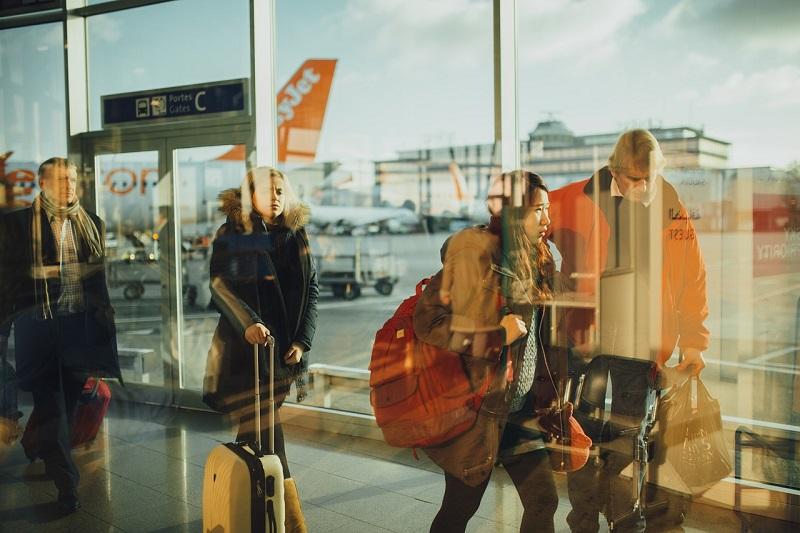 Taxi busy w Warszawie często zamawia się na lotnisko