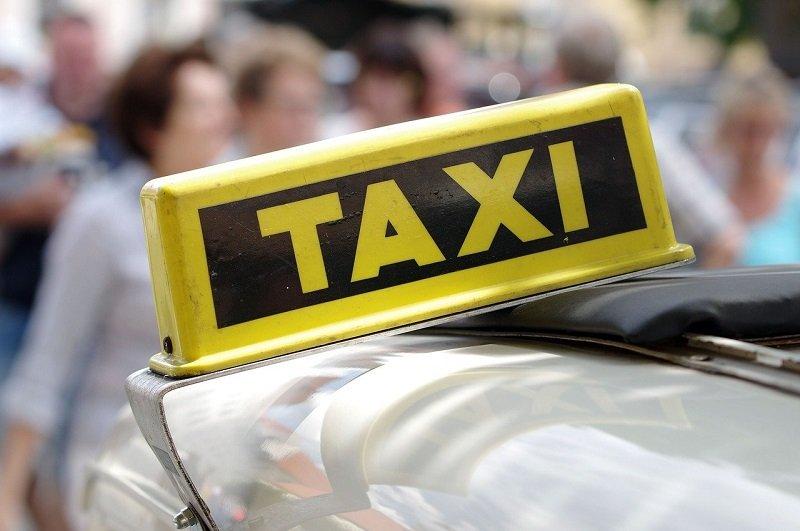 Żóły kogut taxi